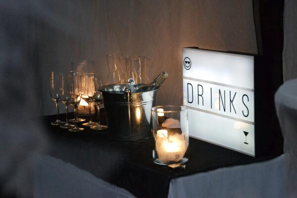 mustavalkoiset-häät-vuokrakaluste-drinks