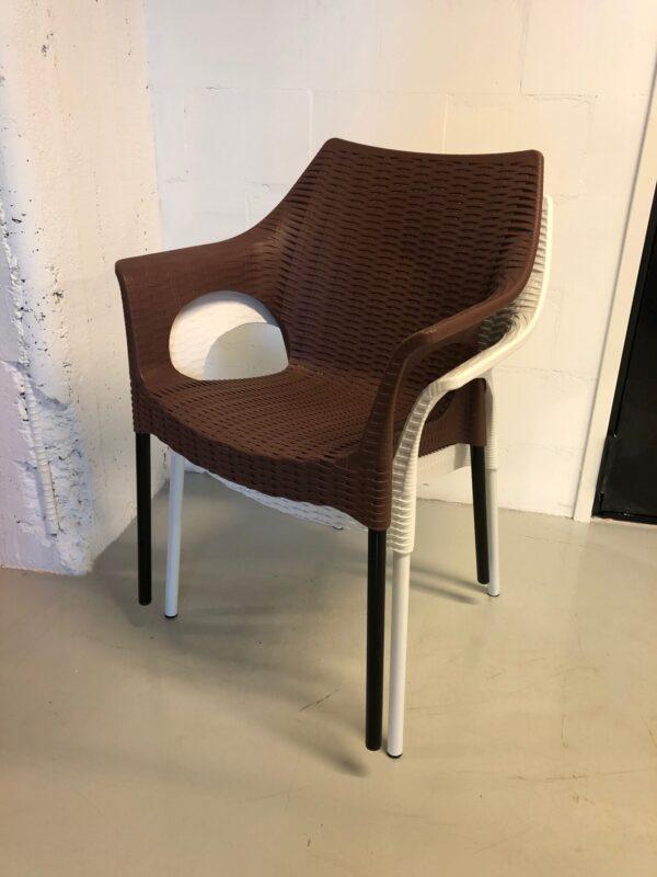 valkoinen ja ruskea tuoli_outlet_vuokrakaluste