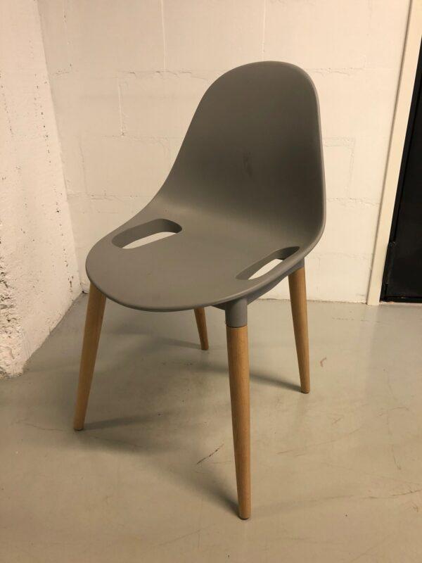 Harmaa tuoli puisilla yksityiskohdilla_vuokrakaluste_outlet