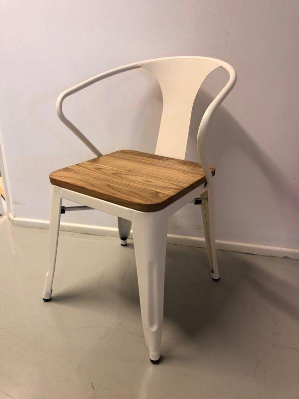 Valkoinen tuoli_puinen istuinosa_vuokrakaluste_outlet